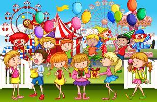 Niños divirtiéndose en el parque de diversiones