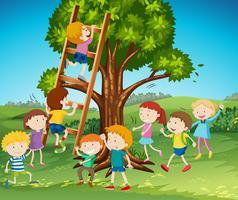 Muchos niños subiendo la escalera en el parque