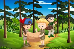 Bambini che fanno trekking sulla montagna