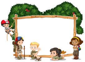 Modello di cornice con i bambini in campeggio in background