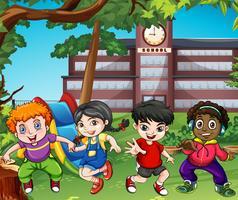 Molti bambini felici giocano a scuola