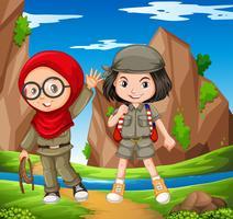 Duas garotas caminhando até a montanha