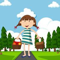 Menina feliz com cestas cheias de comida no parque