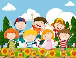 Niños felices en el jardín de flores