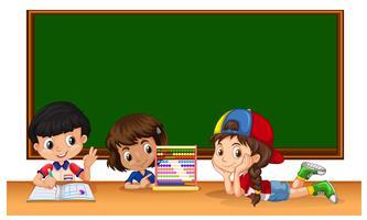 Trois étudiants en classe