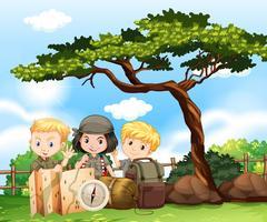 Três crianças acampadas no parque