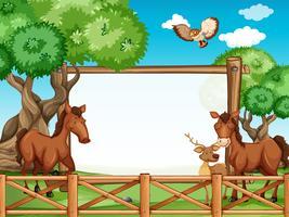 Marco de madera con caballos y ciervos.