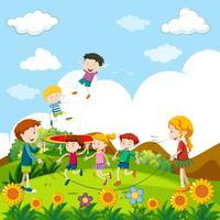 I bambini saltano la corda nel parco