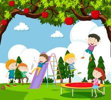 Niños jugando al tobogán y saltando en trampolín.
