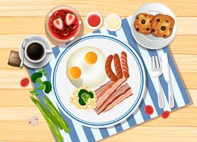 Desayuno con huevos y tocino.