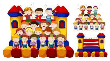 Glada barn leker i studsningshuset