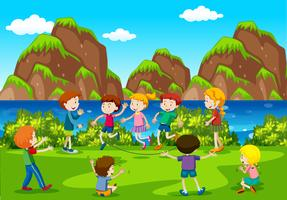 Många barn spelar i fältet