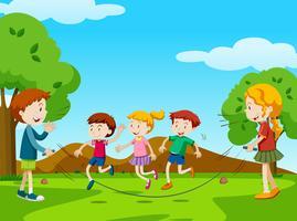 Barn hoppar rep i parken