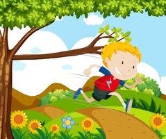 Garçon courir dans le parc