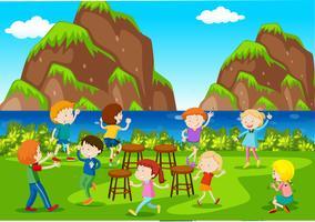 Escena de fondo con niños tocando sillas de música