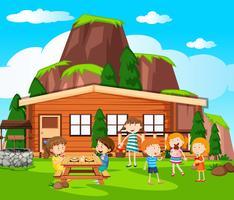 Scen med barn som har picknick vid stugan