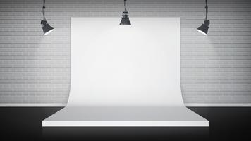 Interior de estudio con fondo blanco.