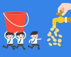L'équipe d'un homme d'affaires porte un seau au robinet d'argent, concept d'entreprise