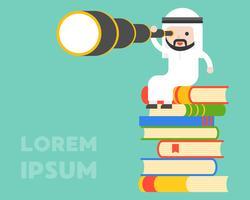 Netter arabischer Geschäftsmann, der auf Stapel des Buches und der Verwendung monocular sitzt