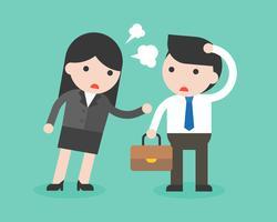 Mujer de negocios que regaña en ingenuo y mudo hombre de negocios con enojado