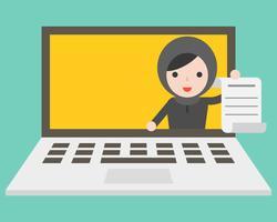 Femme d'affaires arabe mignon tenant le document sur l'écran d'ordinateur portable avec espace