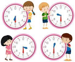 Kinderen die klok op witte achtergrond houden