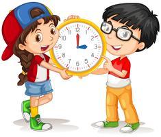 Pojke och tjej håller klocka