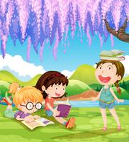 Enfants lisant des livres sous l'arbre