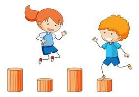 Kinderen die op houten playgoundmateriaal spelen