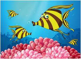 Een groep streepgekleurde vissen onder de zee