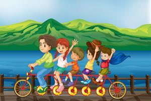 Kinderen fietsen op de brug