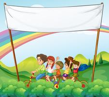 Un groupe d'enfants sous la signalisation vide