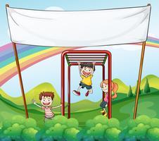 Três crianças brincando perto do banner vazio