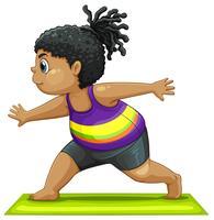 En fet tjej gör yoga