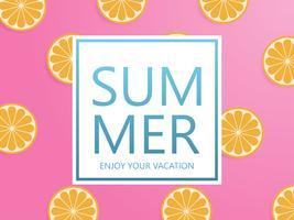 Sommarbakgrundskoncept med orange skivad på rosa pastellbakgrund i pappersskuren stil.