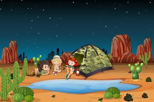 Niños acampando en el desierto.