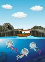 Niños buceando bajo el agua