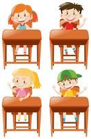 Jungen und Mädchen sitzen auf dem Schreibtisch