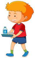 Weinig jongen met voedsel op dienblad