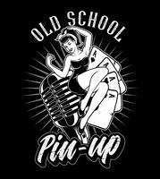 Blanco y negro pin up girl en el micrófono.