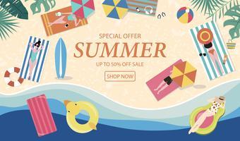 Zomer verkoop achtergrond met kleine mensen, parasols, bal, zwemmen ring, zonnebril, surfplank, hoed, sandalen in het bovenaanzicht strand. Vector zomer banner