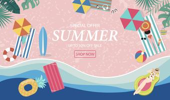 Fondo de venta de verano con gente pequeña, paraguas, pelota, anillo de natación, gafas de sol, tabla de surf, sombrero, sandalias en la playa de vista superior. Banner de verano de vector