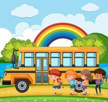 Estudiantes que van a la escuela en autobús