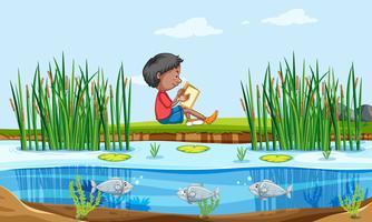 Un libro di lettura del ragazzo in natura