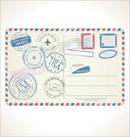 timbre et carte postale sur fond blanc