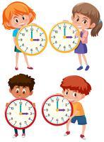 Kinder, die Uhr auf weißem Hintergrund halten