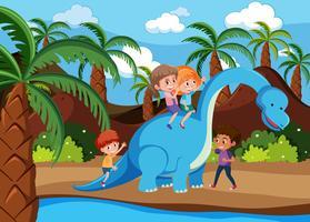 Enfants jouant avec un dinosaure