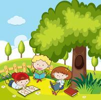Studenten die een boek in het park lezen