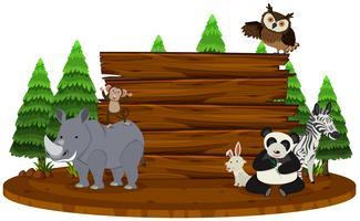Segno di legno con animali selvatici in background