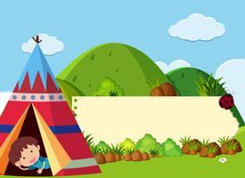 Modèle de bannière avec des enfants campant dans la montagne